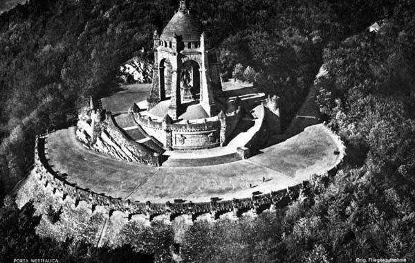 Alte Fliegeraufnahme des Kaiser-Wilhelm-Denkmals