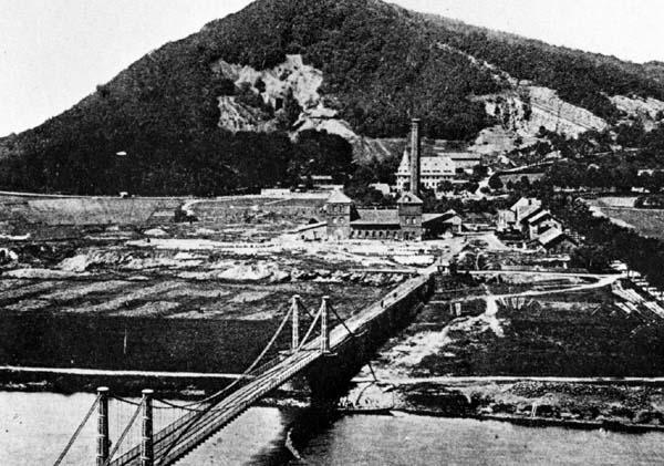 Altes Foto der Kettenbrücke und der Glashütte