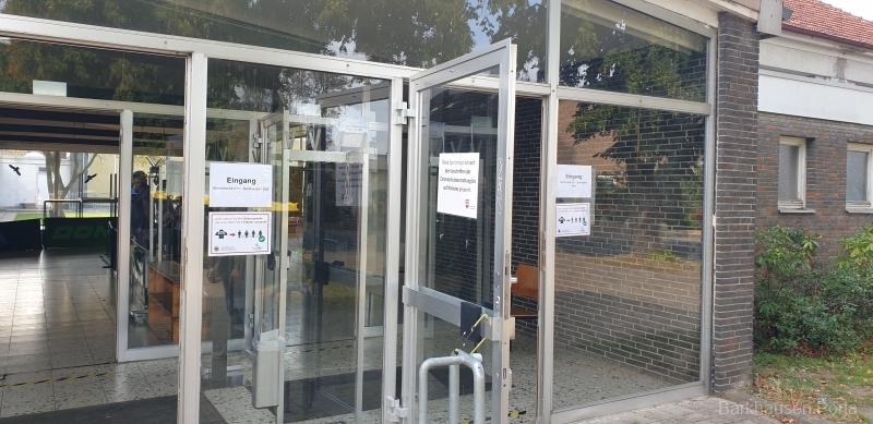 Im Eingangsbereich trennt sich Wahlbezirk 1 und 2