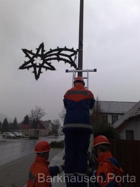 Aufhängen der Weihnachtbeleuchtung an der Portastraße