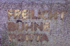 Namenszug an dem Portal zur Goethe Freilichtbühne