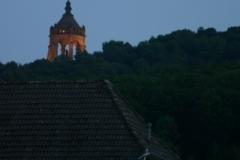 Das Kaiser-Wilhelm-Denkmal aus dem Dorf gesehen